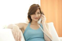 ett felanmälan som gör telefon den avslappnande kvinnan Royaltyfri Foto