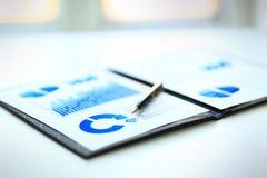 Ett finansiellt diagram för affär Fotografering för Bildbyråer