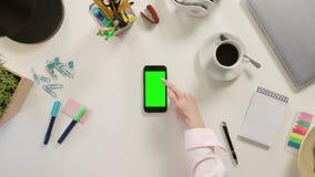 Ett finger som bläddrar på den gröna pekskärmen fotografering för bildbyråer