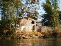 Ett fishershus på floden i burma royaltyfri foto
