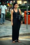 Ett flickaanseende och vänta på gatan Royaltyfria Bilder
