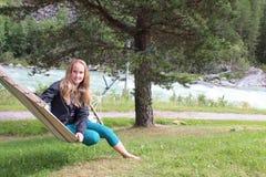 Ett flickasammanträde på hängmattan Royaltyfria Foton