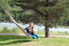 Ett flickasammanträde på hängmattan Arkivbilder