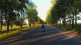 Ett flyg över vägen en motorcykelritt stock video