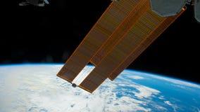 Ett flyg över yttersidan för jord` som s tas från en rymdstation Rörelse av solpaneler Beståndsdelar av denna video som möbleras  stock illustrationer
