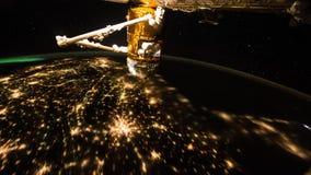 Ett flyg ?ver yttersidan f?r jord` som s tas fr?n en rymdstation Best?ndsdelar av denna video som m?bleras av NASA Denna video ?r stock video