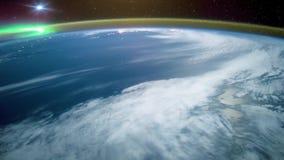 Ett flyg ?ver yttersidan f?r jord` som s tas fr?n en rymdstation Best?ndsdelar av denna video som m?bleras av NASA Denna video ?r arkivfilmer