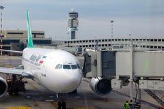 Ett flygplan av det iranierMahan Air flygbolaget på den italienareMalpensa flygplatsen royaltyfria foton