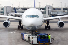 Ett flygplan på flygplatsen på tarmac Royaltyfri Fotografi