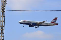 Ett flygplan på sista inställning till Spanien den Alicante flygplatsen Arkivbilder