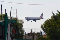 Ett flygplan på sista pproach till den Alicante flygplatsen Royaltyfri Fotografi
