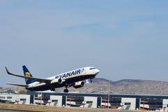 Ett flygplan som lyfter precis av från Spanien den Alicante flygplatsen Royaltyfri Fotografi