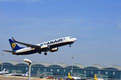 Ett flygplan som lyfter precis av från Spanien den Alicante flygplatsen Fotografering för Bildbyråer