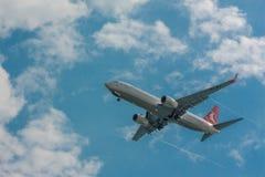 Ett flygplanflyg i himlen Arkivfoton