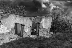 Ett forntida hus fördärvar royaltyfri foto