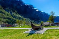 Ett forntida viking skepp under solen i Gudvangen Fotografering för Bildbyråer