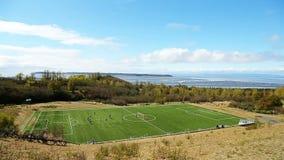 Ett fotbollfält på kusten av fjärden stock video
