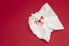 Ett foto av använt blodigt toalettpapper Bloddroppar och spår Hemorrojder behandlinghälsoproblem Menstruations- eller hemorrojder Royaltyfri Bild