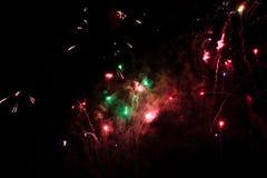 Ett foto av en honnör i natthimlen Ljus textur av festliga fyrverkerier Abstrakt feriebakgrund med olik färgfirewor Arkivfoto