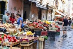 Ett foto av en matgatamarknad Vucciria i Sicilien, Italien - 10 09 2017 Royaltyfri Bild