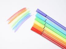 Ett foto av en regnbåge målade med kulöra tuschpennor Symboler av LGBT-folk arkivbild