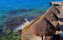 Palapas på den karibiska stranden Arkivfoton