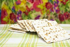 Ett foto av judiskt Matzahbröd Matzah för de judiska påskhögtidferierna Selektiv mjuk fokus royaltyfri bild