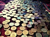 Ett foto av massor av mynt arkivbild
