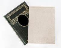 Ett fotoalbum, en dagbok, en bok på en vit bakgrund arkivbilder