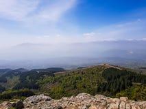 Ett fotografi av bergkonturn med dimma arkivfoton
