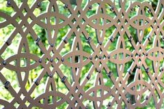 Ett fragment av ett dekorativt galler för järn i en stadspark_ royaltyfri bild
