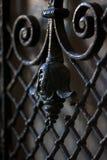 Ett fragment av ett dekorativt galler på den gamla dörren Metallhantverk royaltyfri fotografi
