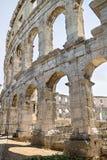 Ett fragment av den antika romerska amfiteaterväggen i Pula Arkivfoton