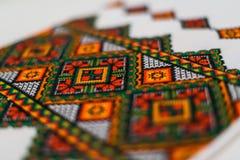 Ett fragment av den broderade handduken Royaltyfri Foto