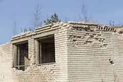Ett fragment av den förstörda tegelstenbyggnaden royaltyfri foto
