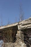 Ett fragment av den förstörda tegelstenbyggnaden royaltyfria foton