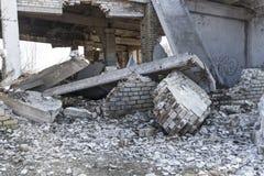 Ett fragment av den förstörda tegelstenbyggnaden royaltyfria bilder