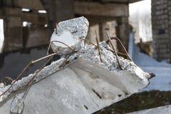 Ett fragment av den förstörda tegelstenbyggnaden arkivfoto