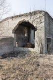 Ett fragment av den förstörda tegelstenbyggnaden fotografering för bildbyråer