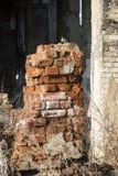Ett fragment av den förstörda tegelstenbyggnaden arkivbild