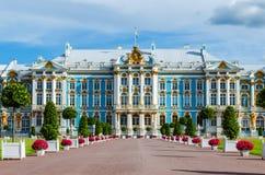 Ett fragment av den huvudsakliga fasaden av Catherine Palace i Tsarskoye Selo royaltyfria bilder