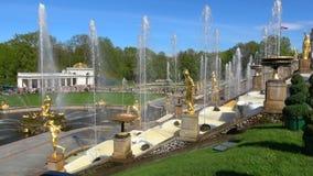Ett fragment av den storslagna kaskaden Sunny May dag för orienteringspark för springbrunnar geometrisk för petersburg för peterh arkivfilmer