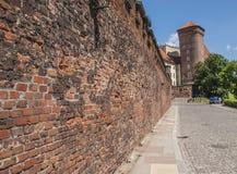 Ett fragment av det enceinte av den Wawel slotten i Krakow, Polen arkivbild