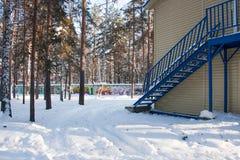 Ett fragment av en byggnad i en rekreationmitt i vinterpi Arkivfoton