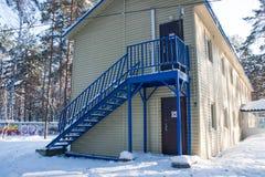 Ett fragment av en byggnad i en rekreationmitt i vinterpi Arkivbilder