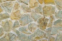 Ett fragment av en konstgjort gjord vägg av sten- och limbindninglösningen Royaltyfri Fotografi
