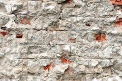 Ett fragment av en vägg av konkreta kvarter, som sprickor gick längs royaltyfria foton