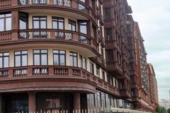 Ett fragment av fasaden av de nya oavslutade hemmen Arkivfoton