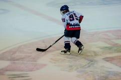 Ett fragment av hockeystraffskottet utförde vid den unga hockeyspelaren Arkivfoto