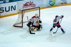 Ett fragment av hockeystraffskottet utförde vid den unga hockeyspelaren Arkivbilder